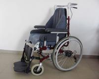 Polohovací vozík Invacare zboku